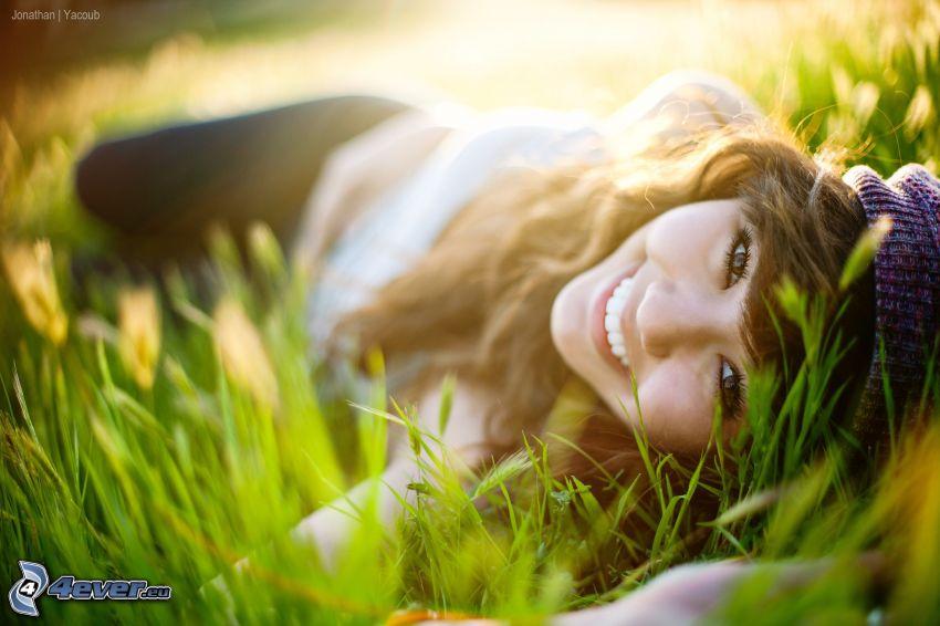 dievča v tráve, šťastie, brunetka