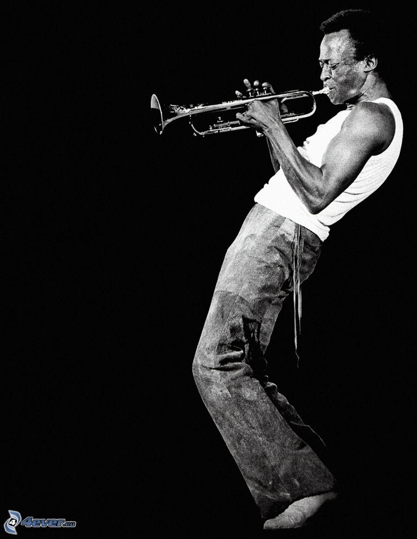 Miles Davis, hra na trúbku, čiernobiela fotka