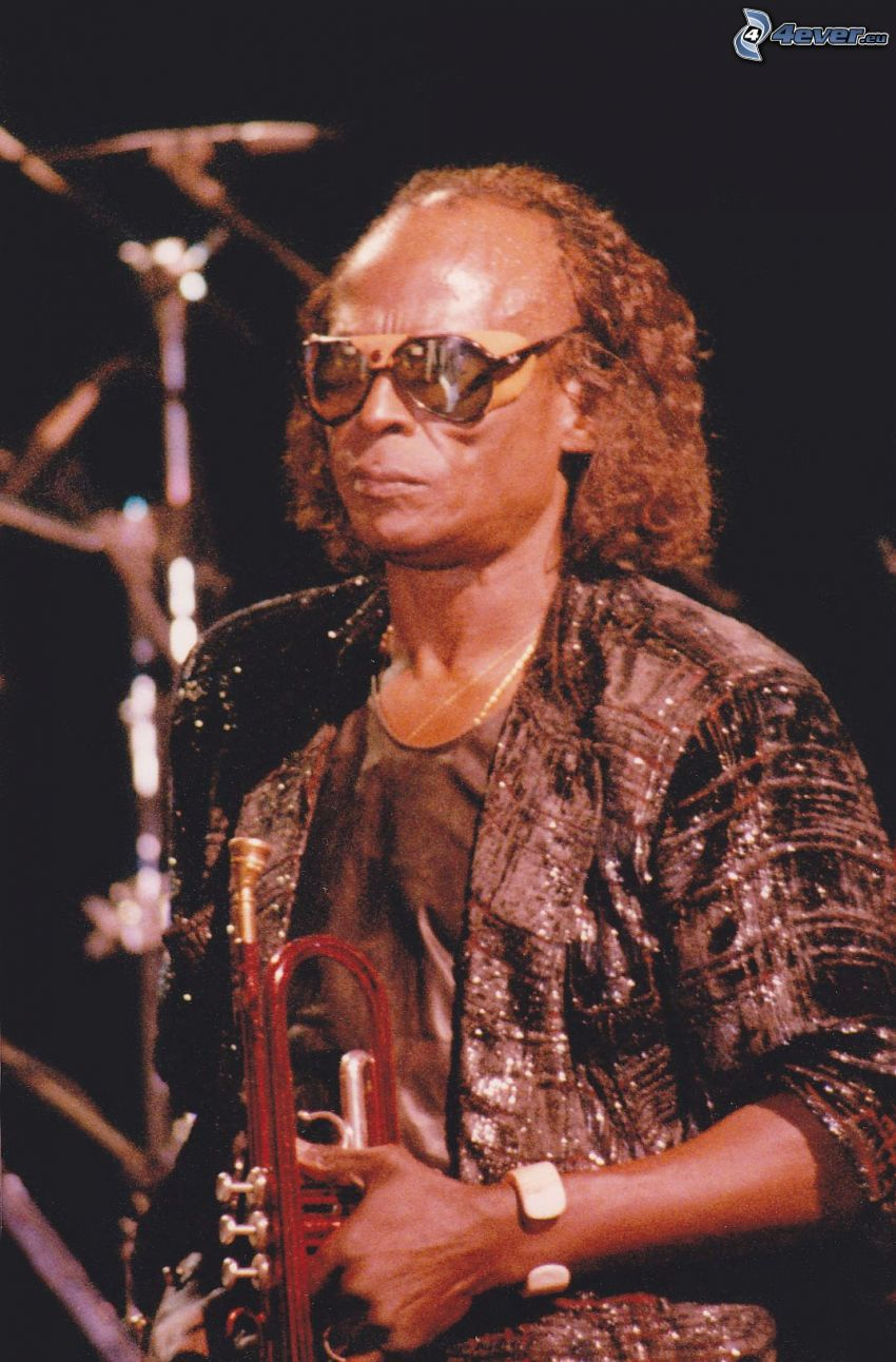 Miles Davis, trúbka, muž s okuliarmi