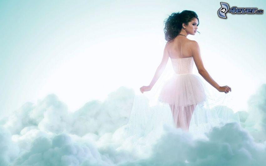 Selena Gomez, biele šaty, oblaky