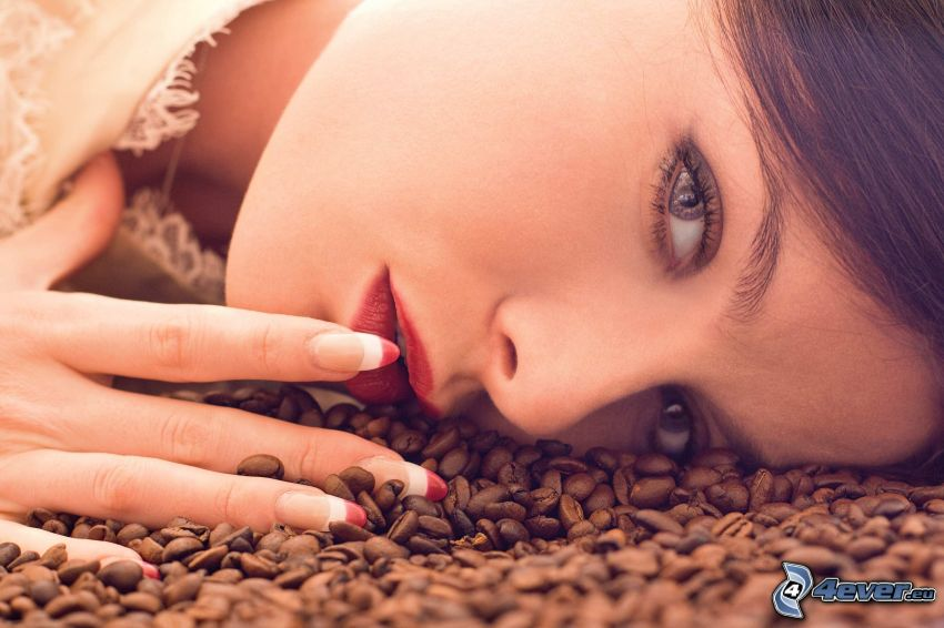 žena, kávové zrná