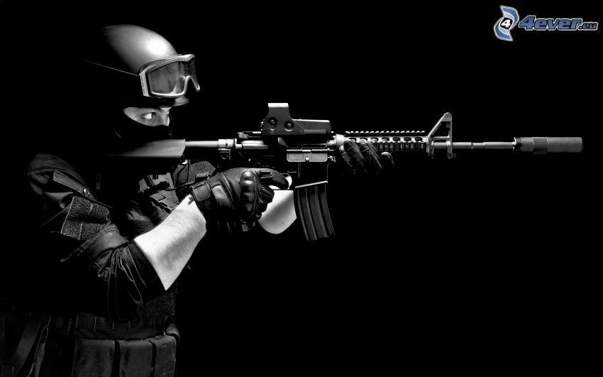 vojak, samopal, čiernobiela fotka