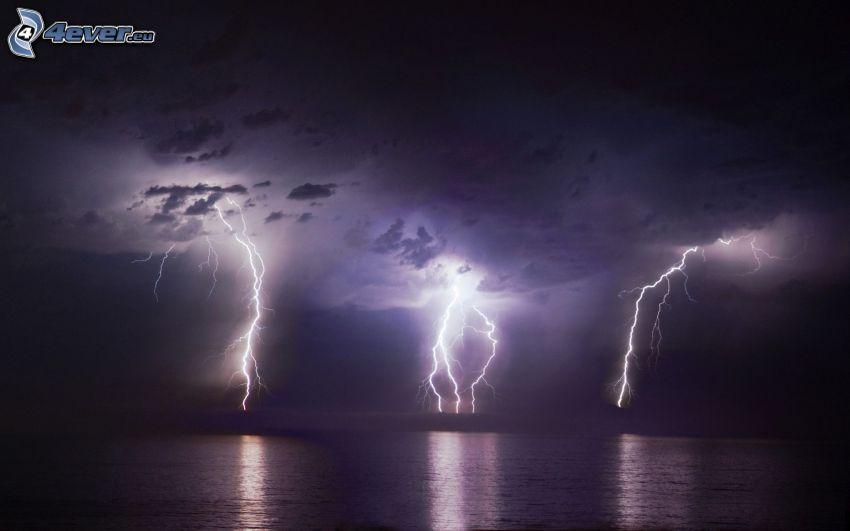 búrka, blesky, more