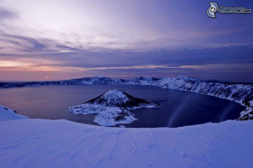 Crater Lake, ostrov Wizard, jazero, zasnežené pohorie, večerná obloha