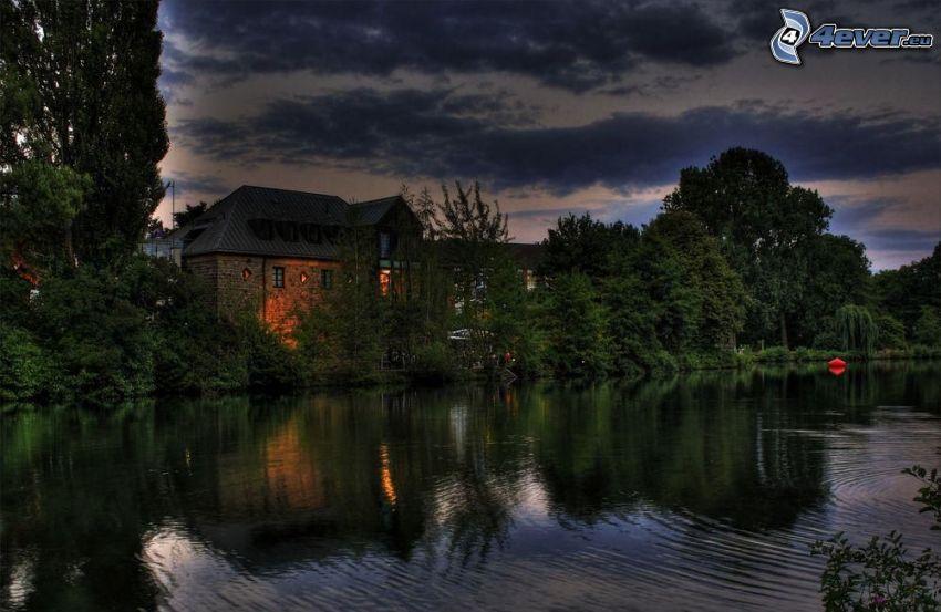 domček pri jazere, stromy, večer