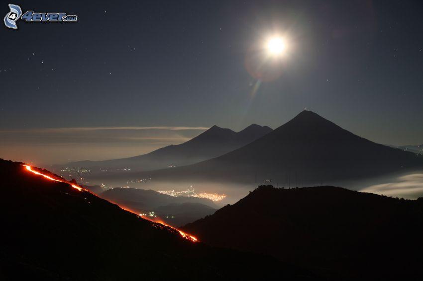 Guatemala, kopce, hviezdna obloha, mesiac