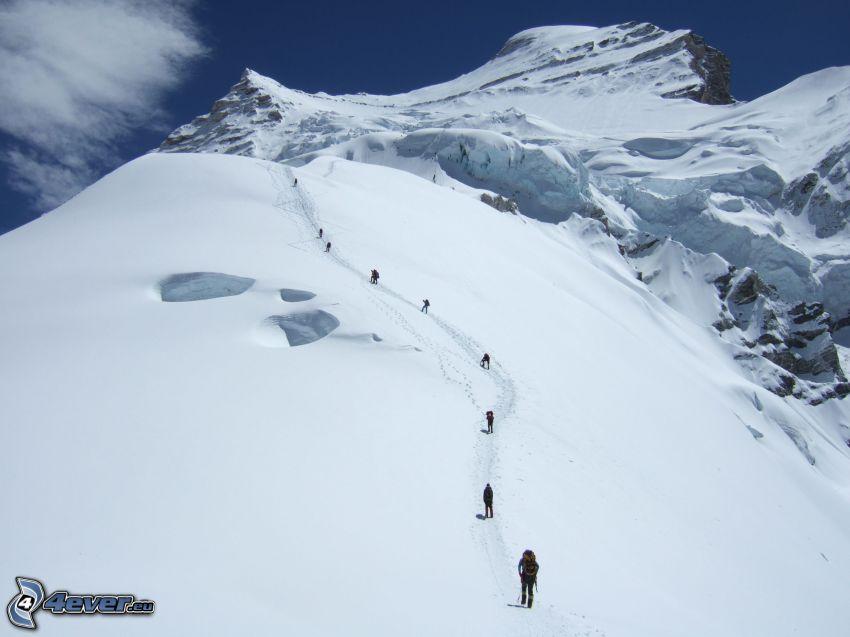Cho Oyu, zasnežená hora, turisti