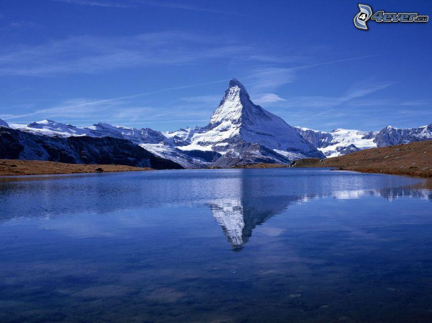 Matterhorn, zasnežená hora nad jazerom, odraz