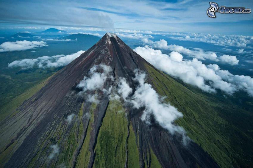 Mount Mayon, Filipíny, nad oblakmi