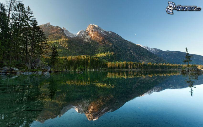 Rakúsko, jazero, zasnežené kopce, ihličnaté stromy, odraz, pokojná vodná hladina
