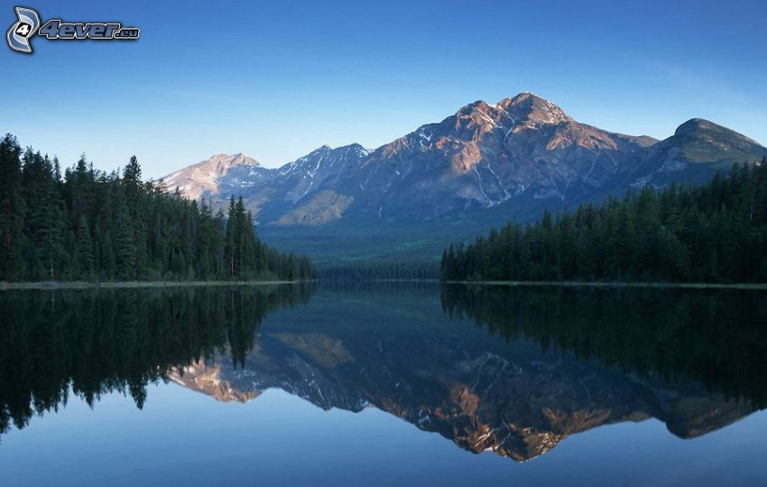 skalnatá hora, ihličnatý les, jazero, odraz