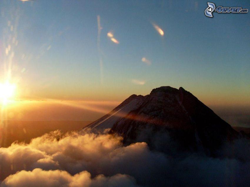 Taranaki, nad oblakmi, západ slnka