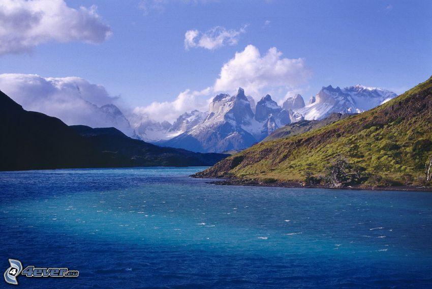 Torres del Paine, rieka, zasnežené hory, oblaky
