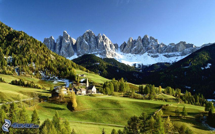 Val di Funes, dedinka, lúky, ihličnatý les, skalnaté hory, Taliansko