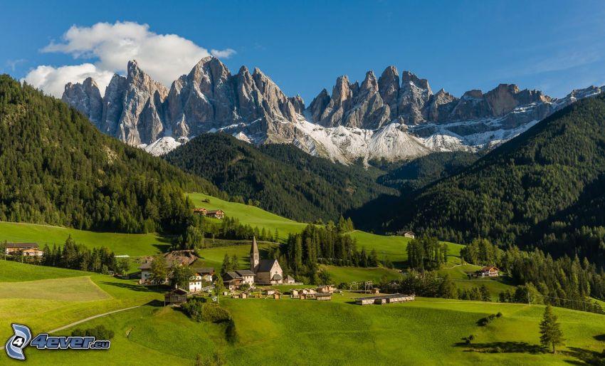 Val di Funes, dedinka, údolie, lesy a lúky, skalnaté hory, Taliansko
