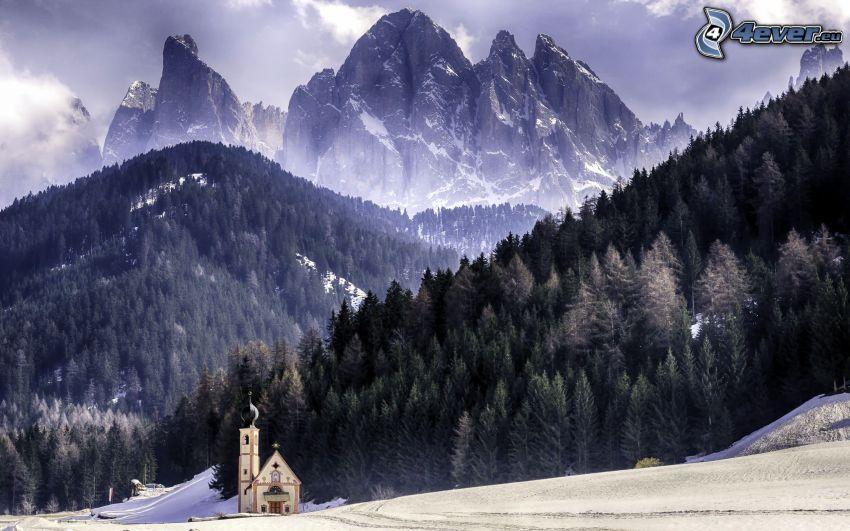 Val di Funes, kostol, zasnežená krajina, skalnaté hory, Taliansko