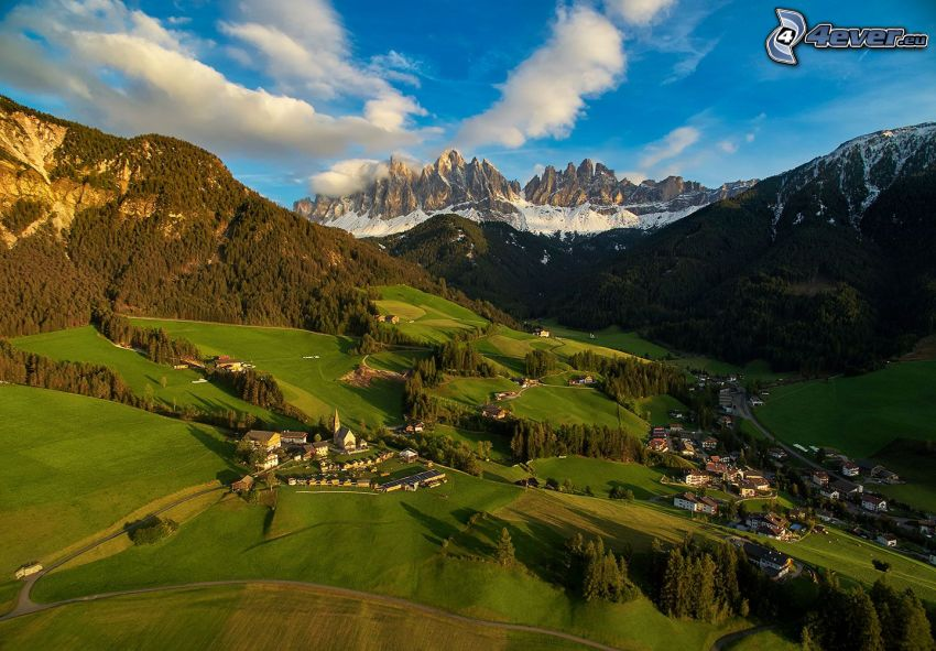 Val di Funes, údolie, dedinka, lesy a lúky, skalnaté hory, Taliansko