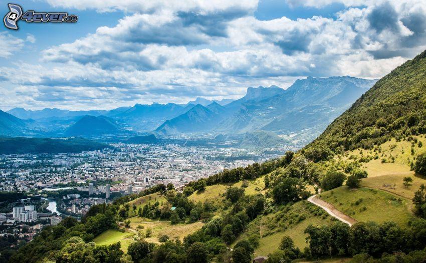 výhľad na mesto, hory