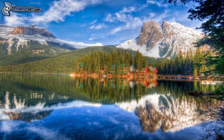 zasnežené hory, ihličnatý les, chatky, jazero, odraz, HDR