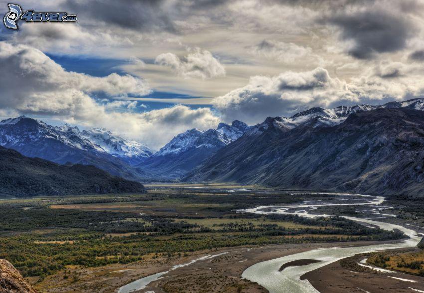 zasnežené hory, potok, oblaky
