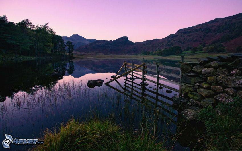 jazero, drevený plot, pohorie, les, odraz, pokojná vodná hladina