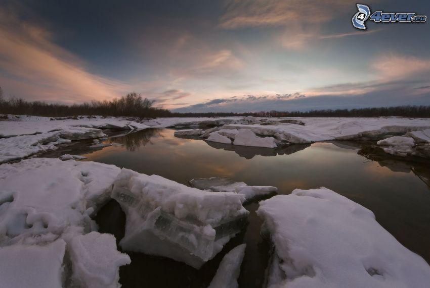 jazero, ľadové kryhy, večer