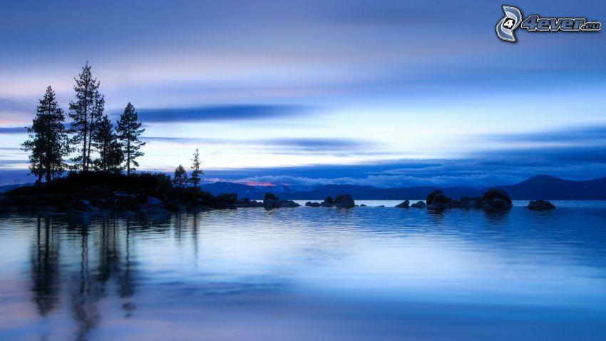 jazero, po západe slnka, siluety stromov, pohorie