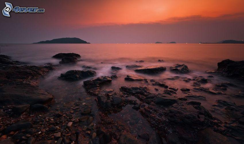 jazero, po západe slnka, skaly, oranžová obloha, večer