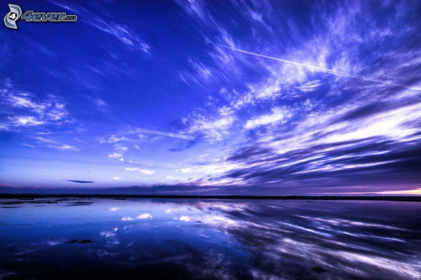 jazero, večer, kondenzačné stopy