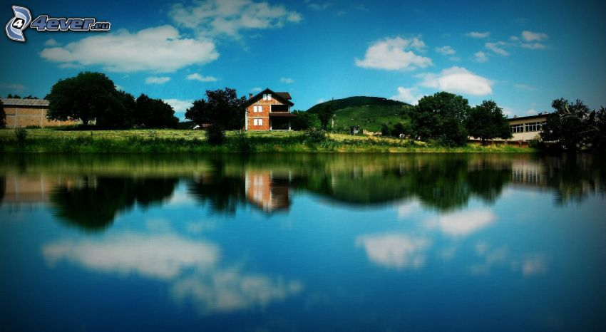 domček pri jazere, stromy, odraz
