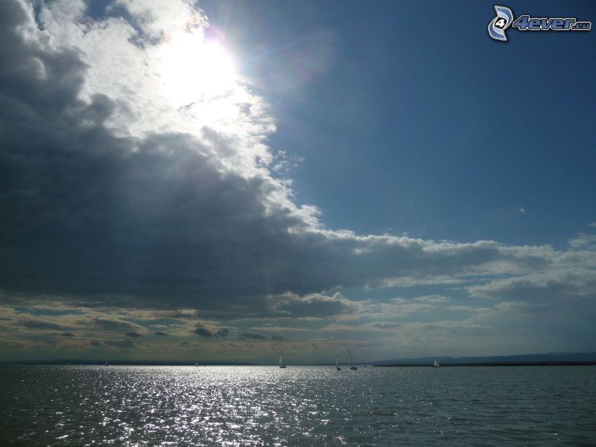 Neziderské jazero, slnko za oblakmi, člny, plachetnice, Rakúsko