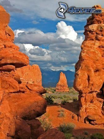 púštne skaly, oblaky