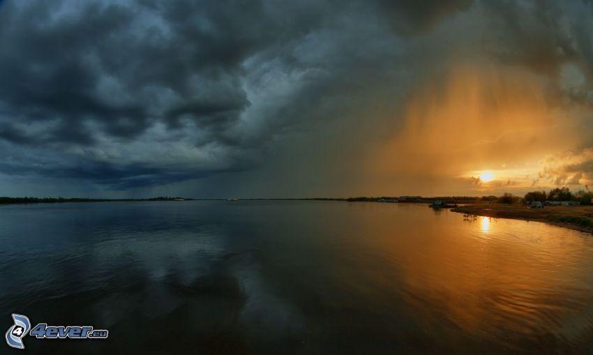 tmavý západ slnka, jazero, búrkové mraky