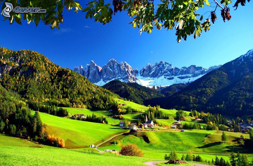 Val di Funes, Taliansko, dedinka, zasnežené hory, lesy a lúky