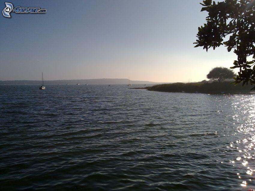vodná nádrž, člny, ostrov