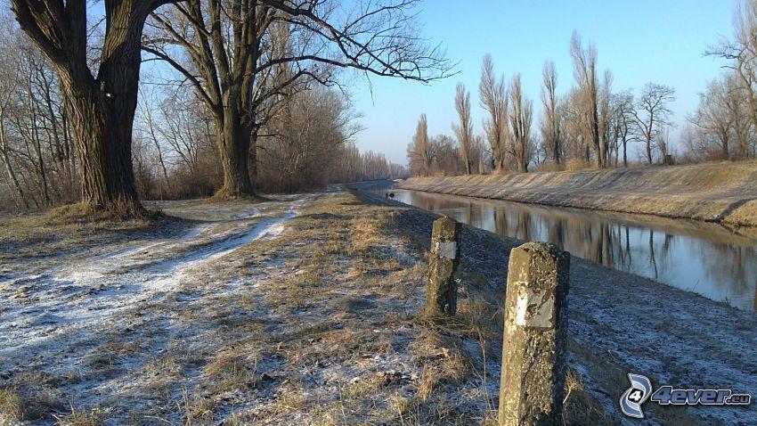vodný kanál, hrádza, chodník, stromy pri rieke