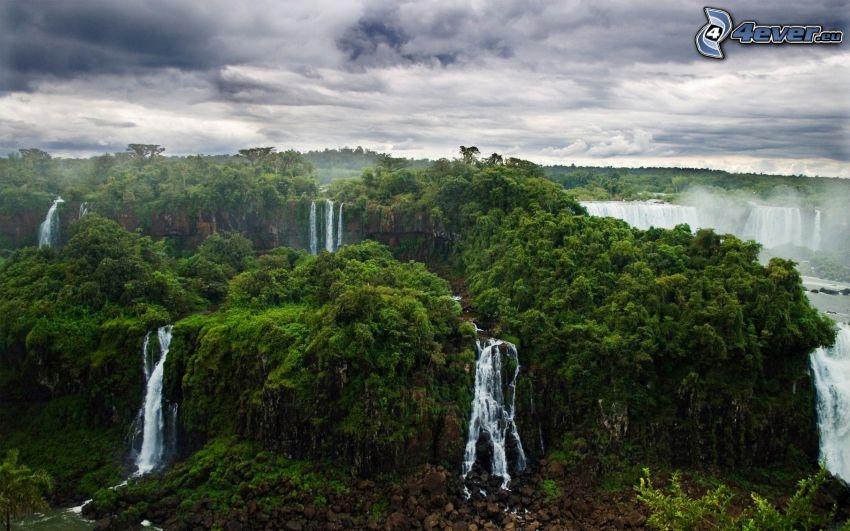 vodopády, stromy