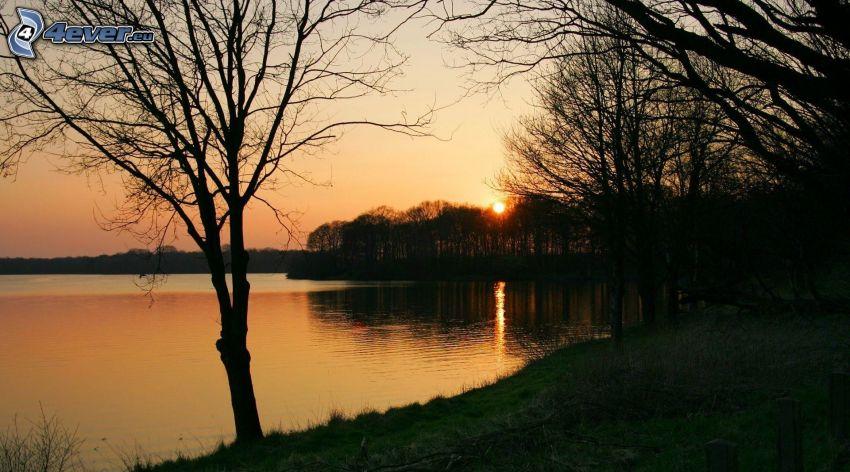 západ slnka, večer, večerné pokojné jazero