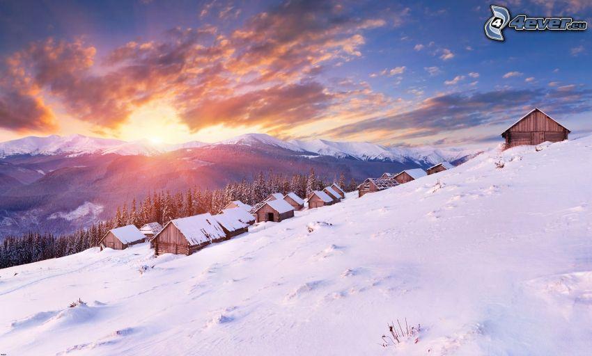 západ slnka, zasnežená krajina, domy