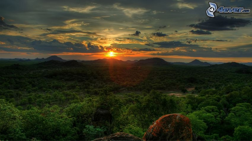 západ slnka nad horami, stromy, oblaky, HDR