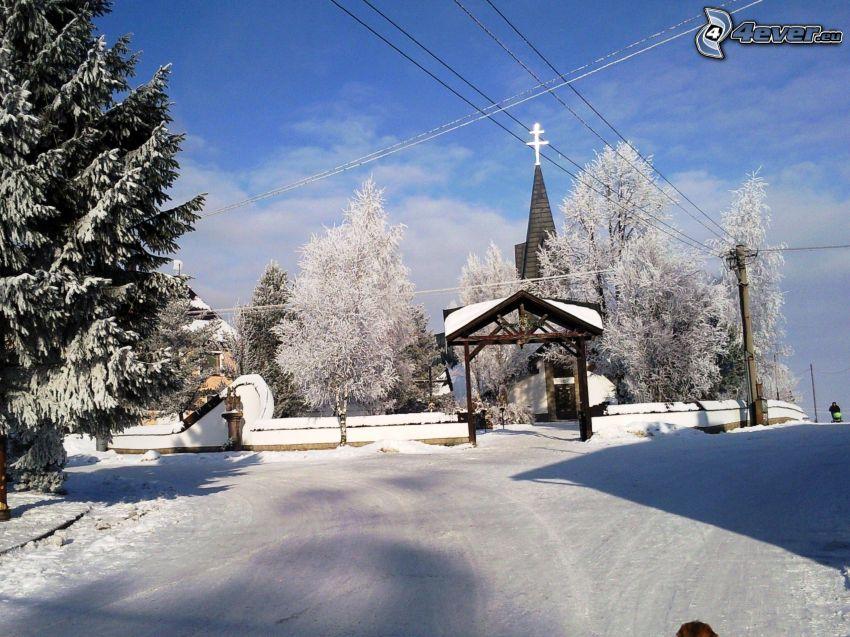 zasnežené námestie, zasnežená cesta, zima, sneh, kostol, dedinka, zasnežené stromy, smrek