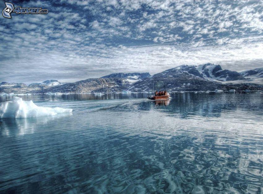 ľadový oceán, loďka na mori, zasnežené kopce, oblaky