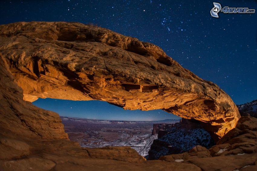 Mesa Arch, skalná brána, hviezdna obloha