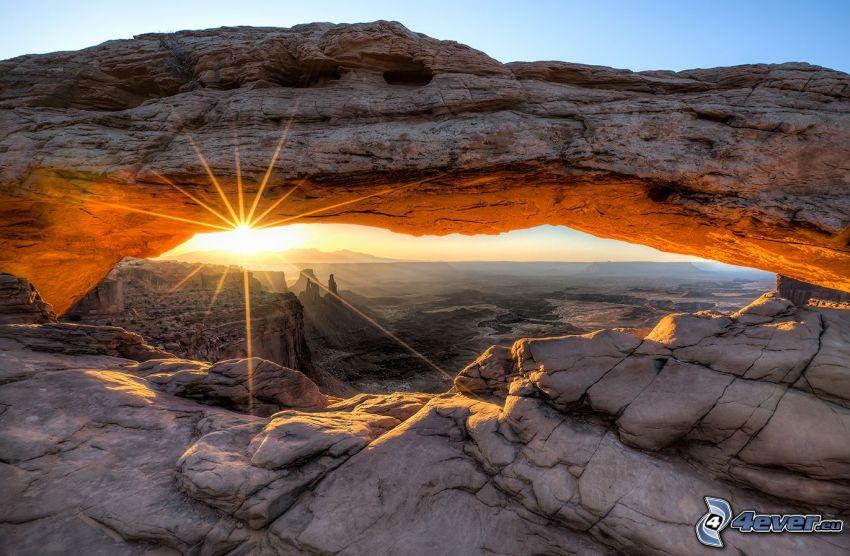 Mesa Arch, západ slnka, skalná brána