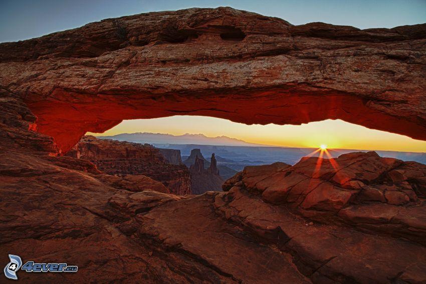 Mesa Arch, západ slnka, výhľad zo skál