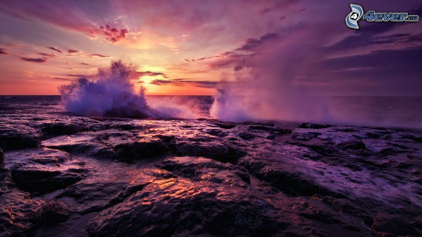 búrlive more, západ slnka za morom