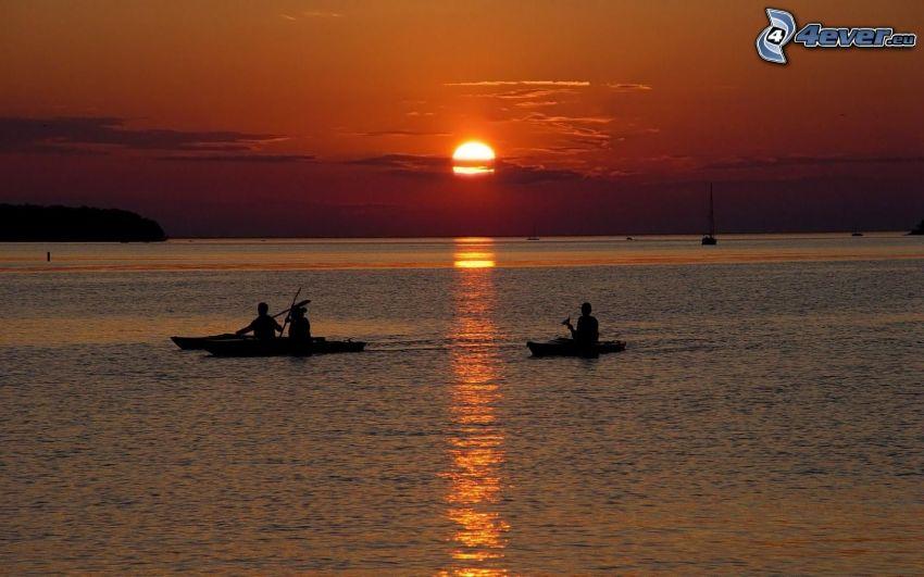člnky, západ slnka nad morom