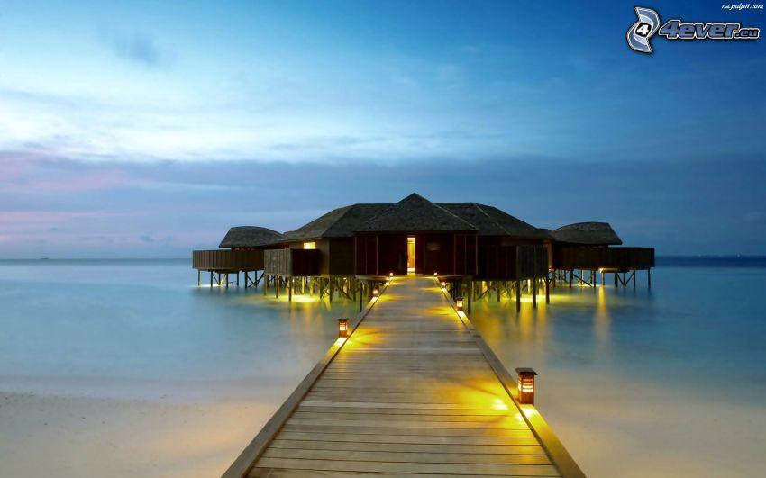 domček na vode, drevené mólo, osvetlenie, more, večer
