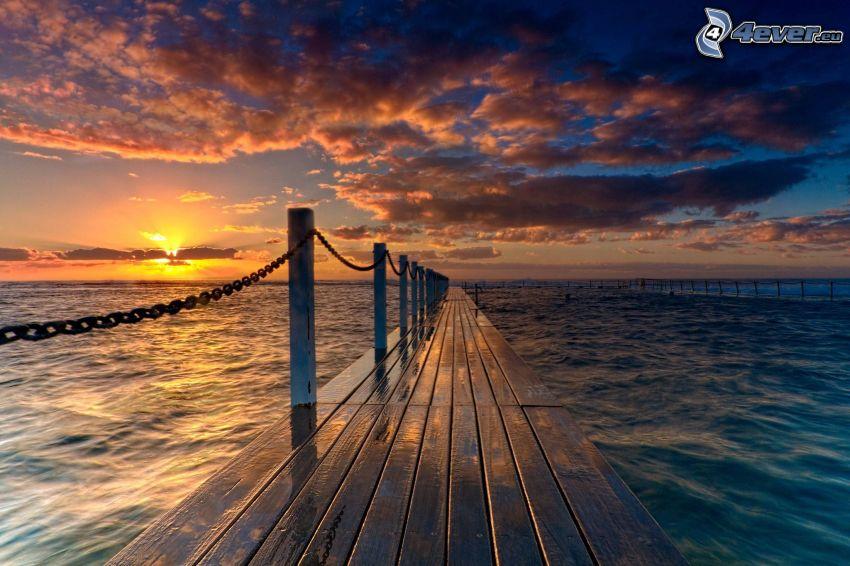 drevené mólo, západ slnka, oblaky