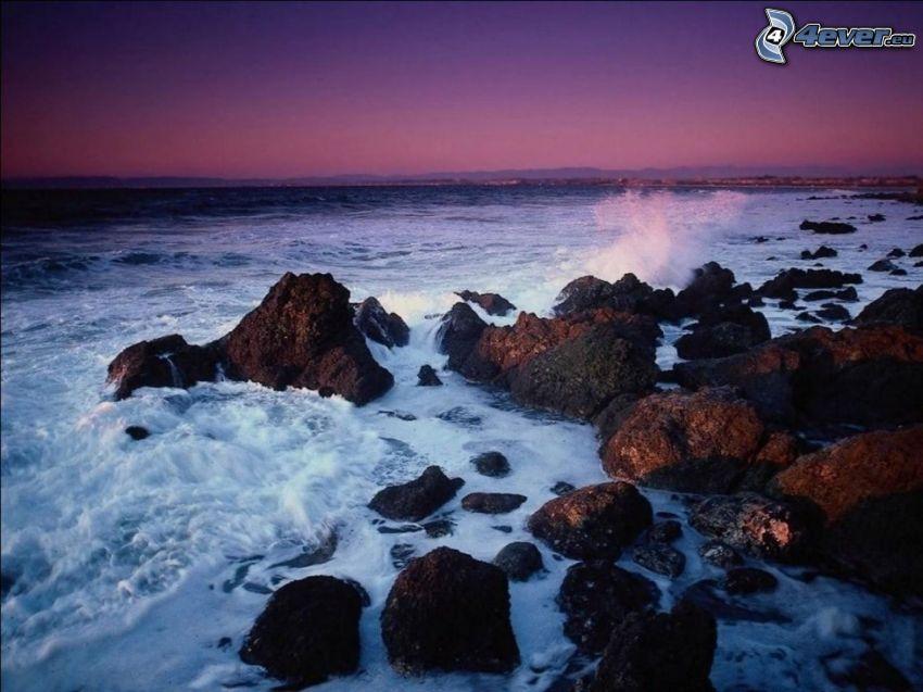 kamenisté pobrežie, večer, vlny na pobreží